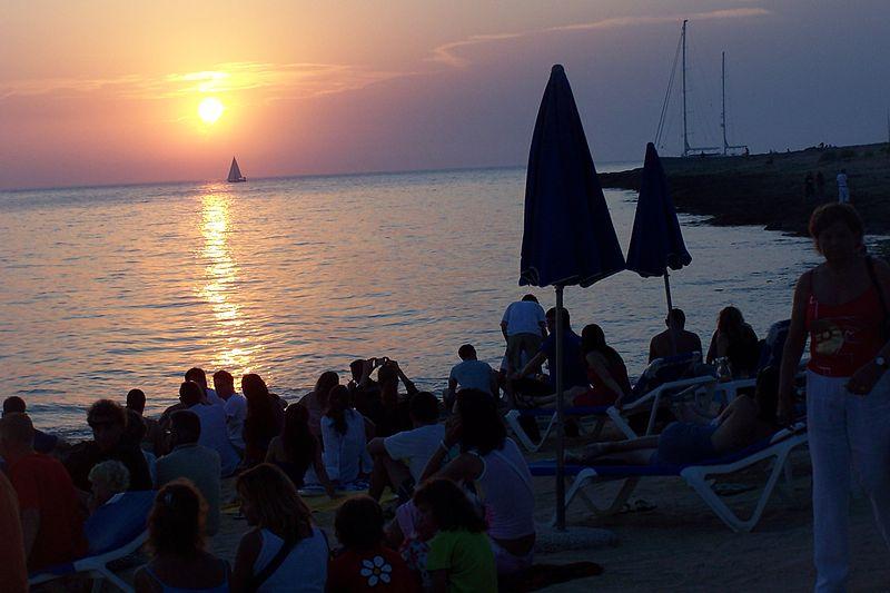 800px-Cafe_del_Mar_-_Ibiza_(770849606)