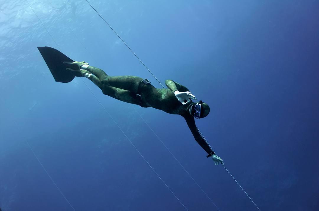 El nado con monoaleta forma parte del entrenamiento de buceo. ¡Ten un buceo seguro!