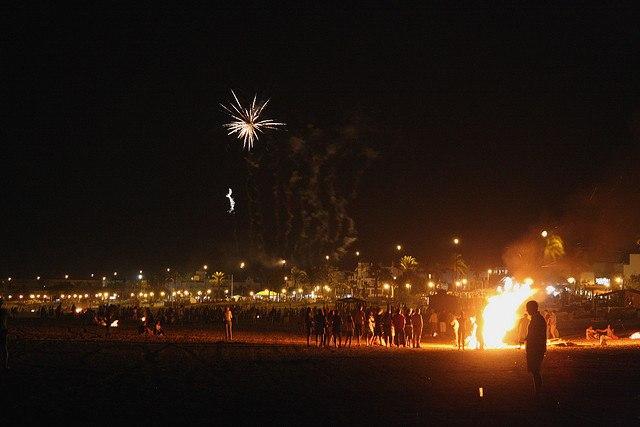 Noche de San Juan en playa de La Barrosa, Cádiz