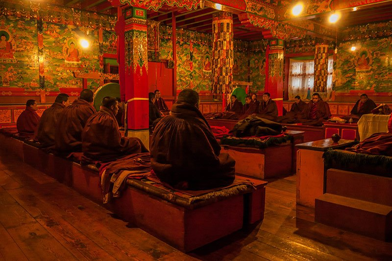 Monjes rezando en el monasterio