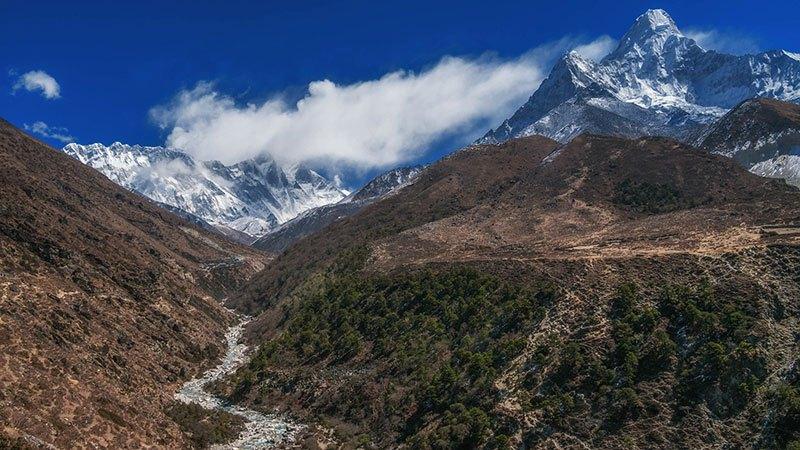 Los ríos atraviesan el fondo del valle del Monte Everest