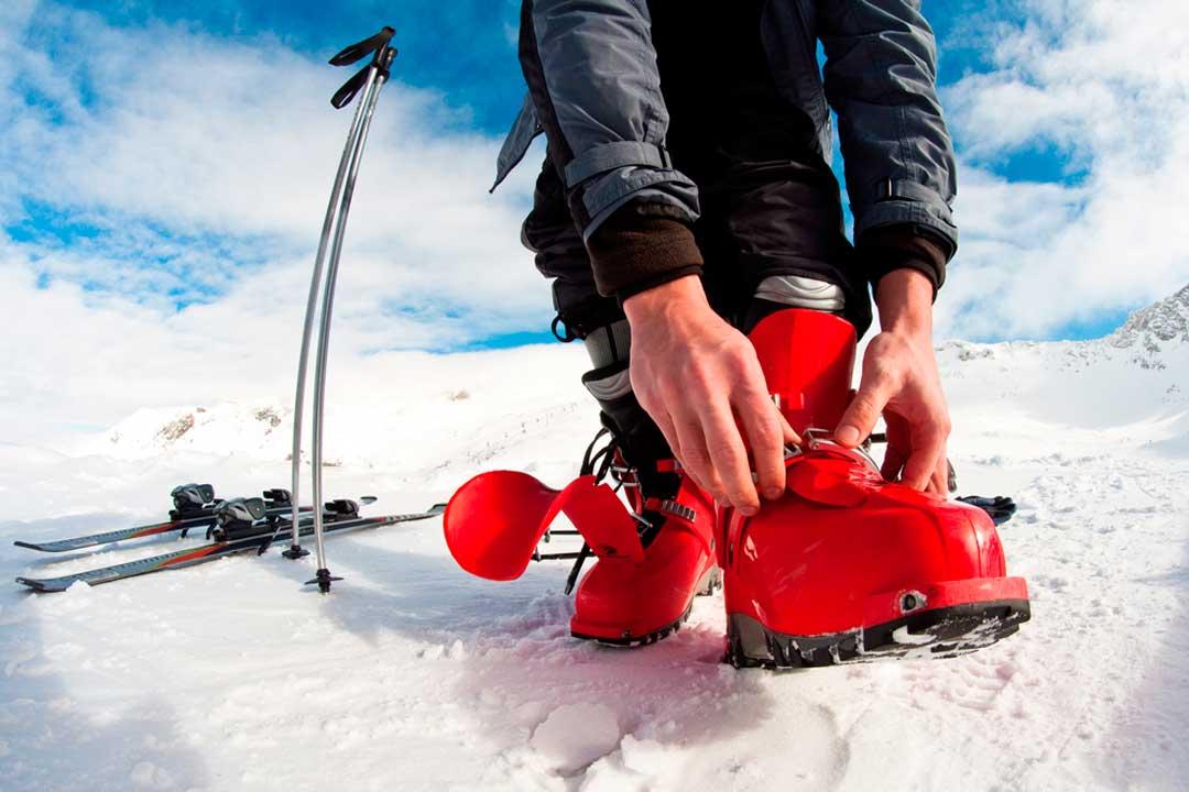 Botas, esquís, fijaciiones, tabla: Cómo elegir el equipo para esquiar por primera vez