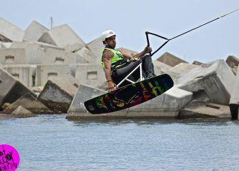 Alvaro Bayona haciendo wakeboard