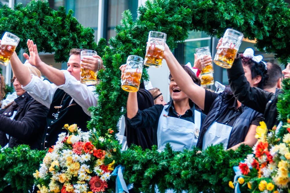 Celebrando la Oktoberfest con cerveza
