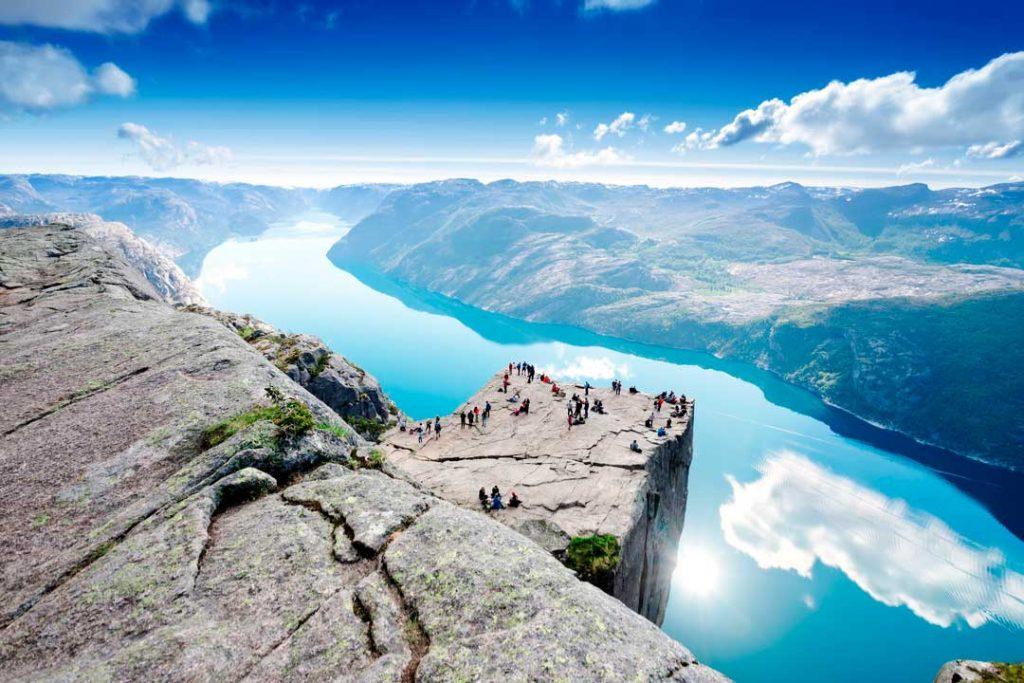 Noruega es uno de los mejores destinos donde viajar en junio y exprimir al máximo su naturaleza de los Fiordos