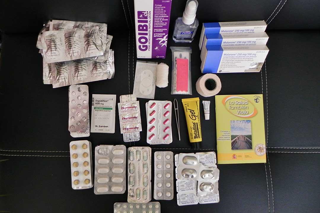 que medicamentos llevar a un viaje largo