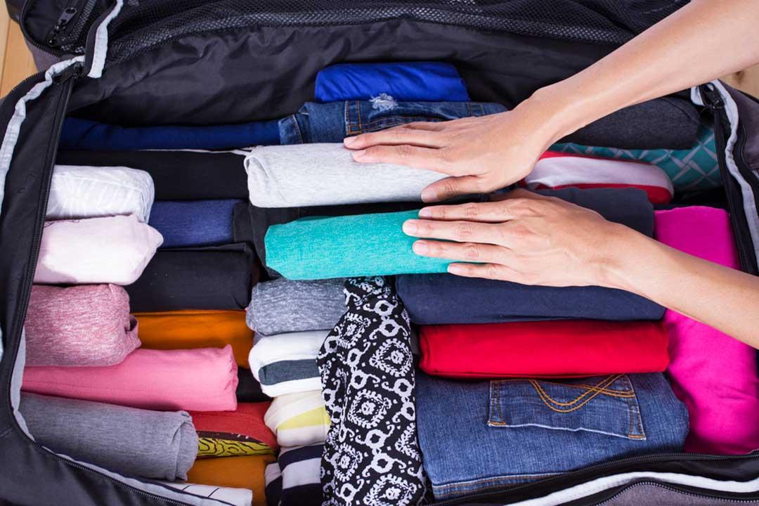 enrollar la ropa en la maleta en lugar de doblarla te ayudara a ahorrar espacio