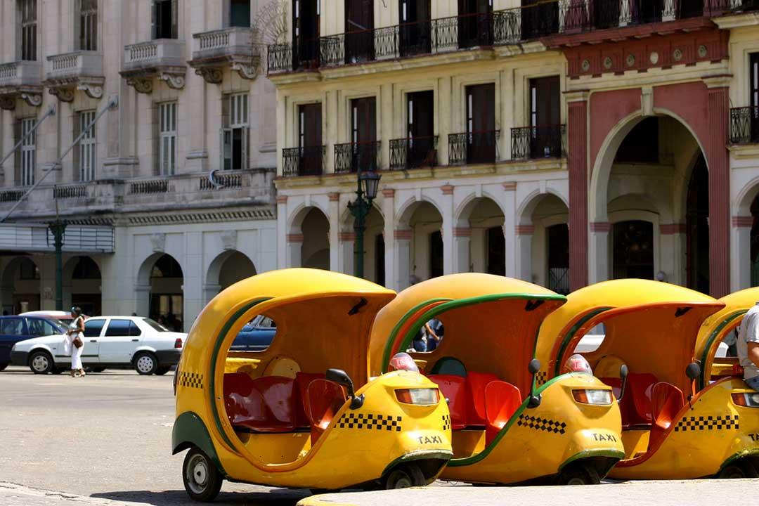 Montarse en un cocotaxi, entre las cosas que hacer en Cuba