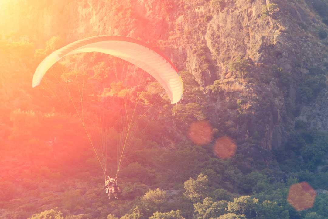 Deportes extremos como el paracaidismo deben estar cubiertos con un seguro que costee el rescate en montaña