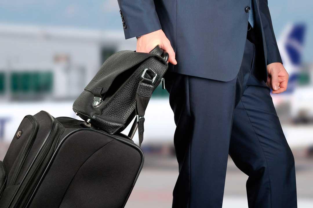 Entre las dudas al hacer el equipaje de mano, está la de si se pueden subir bultos adicionales, como portátiles, bolsos o maletines.