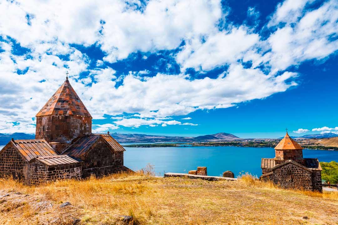 La vieja iglesia de Sevanavank, en Sevan, uno de los atractivos que ver en Armenia.