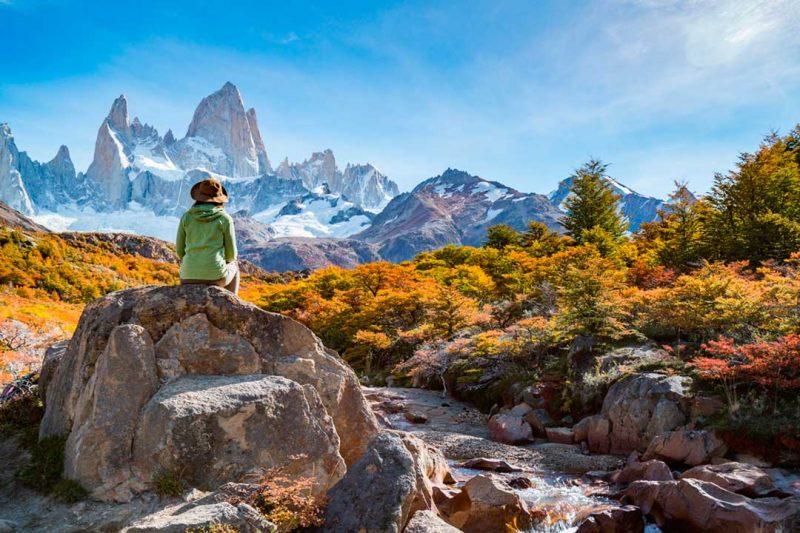 Clásica ruta de trekking de otoño en Argentina por el monte Fitz Roy o Cerro Chaltén, en la Patagonia.