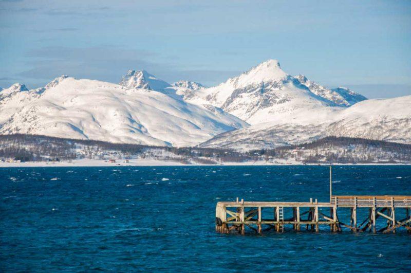 Viaja a la Isla de Kvaløya para pasar unas vacaciones en la nieve y ver auroras boreales en Noruega