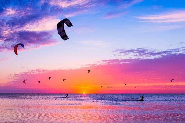 Cómo hacer kitesurf por primera vez: equipo, clases, playas y más